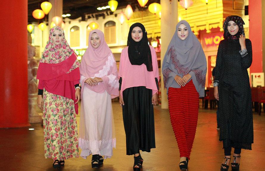 Para model mengenakan baju muslim dengan warna-warna pastel terang. (Dipta Wahyu/Jawa Pos)