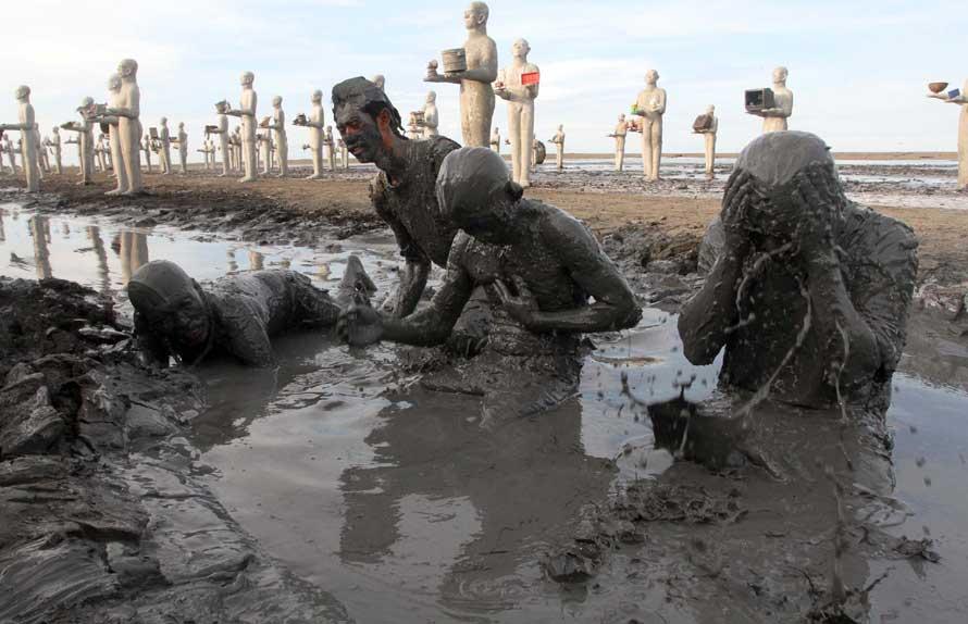 Korban luapan lumpur Lapindo melakukan mandi lumpur pada peringatan 8 tahun di tanggul Titik 21 Desa Siring. (Boy Slamet/Jawa Pos)