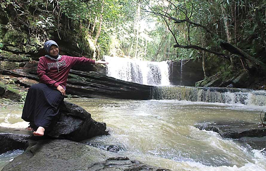 ALAMI: Air Terjun Jantur Doyan menjadi tempat favorit yang dikunjungi masyarakat di Kabupaten Barito Utara dan sekitar. (Kalteng Pos/JPNN)