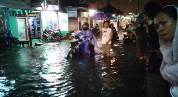 Banjir di Jl. Simo Gunung, Surabaya setinggi lutut, banyak motor mogok.