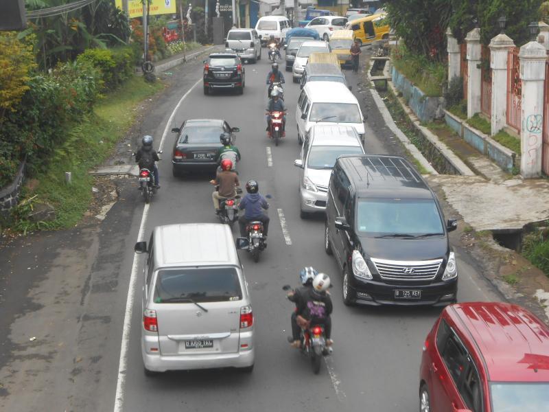 MERAYAP: Ekor arus lalu lintas di Cipanas, imbas diberlakukan 'one way' Polres Bogor. foto : farhan