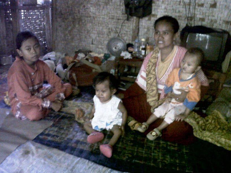GIZI BURUK : Mimin Mintarsih (36) bersama Baum Solihin (2) dan Fitri Agustiani (1)  yang menderita giji buruk (gizbur) di rumahnya yang sederhana.