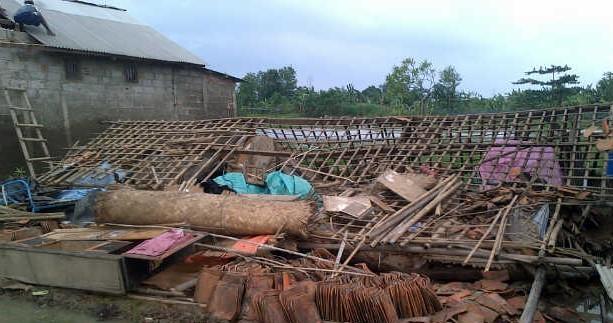 ilustrasi angin puting beliung, rumah roboh, rumah hancur, rumah runtuh, longsor, badai angin