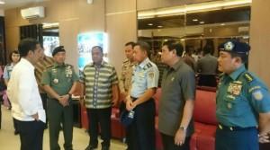 Presiden Jokowi memantau langsung evakuasi korban AirAsia di Bandara Juanda, Surabaya, Selasa (30/12/2014)