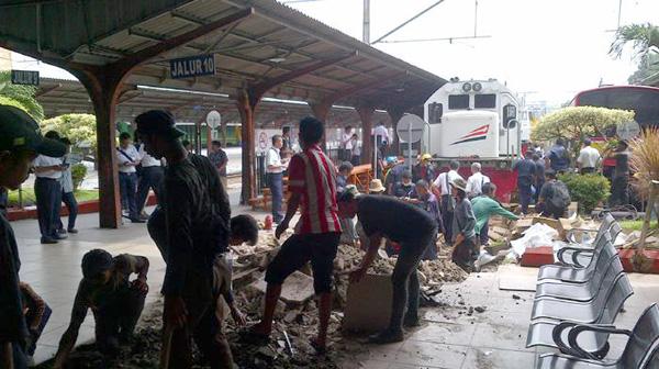 Lokomotif Anjlok Terobos Peron di Stasiun Jakarta Kota. Foto Bewara