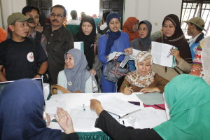 Guru-guru saat melakukan pencairan Tunjangan Sertifikasi di BSM Cibinong.