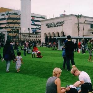 Alun-alun Bandung dipenuhi wisatawan lokal dan asing