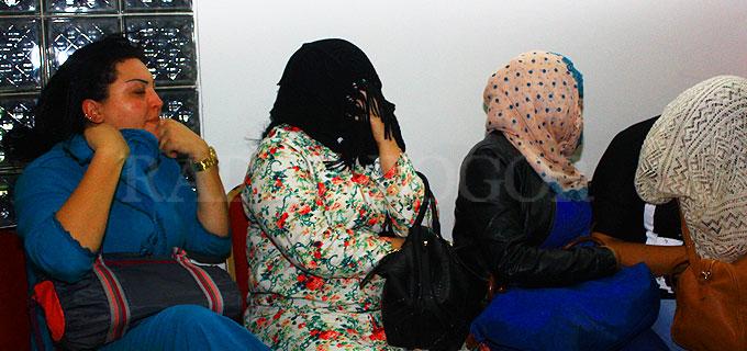 BIKIN ULAH: Salah satu magribi saat diperiksa petugas kantor Imigrasi Bogor. (kanan) Salah satu magribi lainnya langsung menutupi wajah dengan rambutnya saat kamera menyorotnya