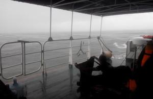 Kapal pembawa pasukan penyelam diterjang badai