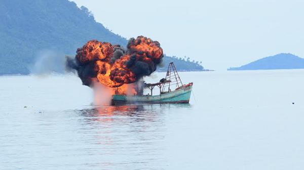 Kapal kayu pencuri ikan ditembak menggunakan senjata mesin dari jarak 200 meter. Foto Puspen TNI for JPNN.com