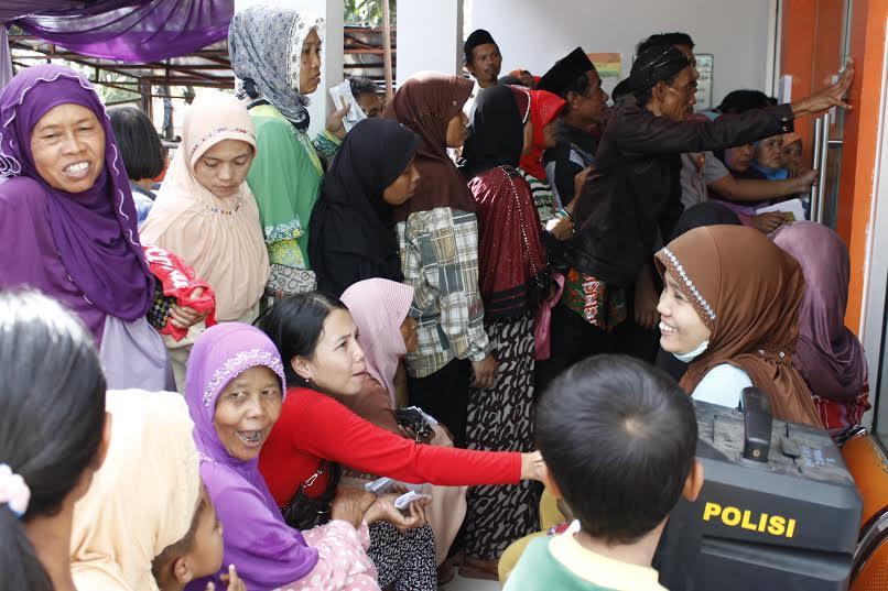 earga berdesakan menunggu pencairan KKS. Foto One/pojoksatu.id