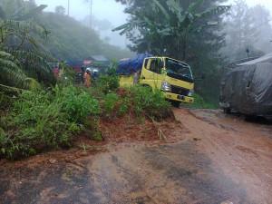 AMBRUK : Tanah tebingan menutupi sebagian bahu jalan di Jalan Raya Pagelaran, tepatnya di wilayah Cadas Hideung, Selasa (23/12) sore