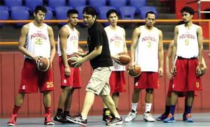 POTENSIAL: Pelatih timnas basket Fictor Roring memberikan instruksi terhadap Kristian Liem (kiri) pada latihan di Hall Basket Senayan, Jakarta. (Foto: Wahyudin/Jawa Pos)
