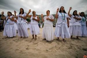 Wargai Brazail ramai-ramai memakai baju putih sambil berdoa sebelum loncat ke laut