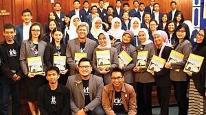 DARI FK UNAIR: Tim redaksi bersama alumni saat peluncuran majalah dokter Rabu (29/1). Dipta Wahyu/Jawa Pos/JPNN.com