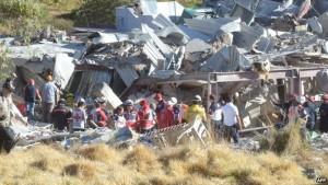 Petugas rescuers mengidentifikasi lokasi mencari penyebab meledaknya rumah sakit bersalin di Cuajimalpa, Mexico City. Foto: AFP/bbc.co.uk