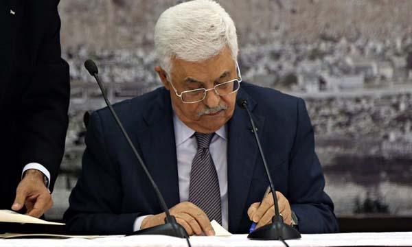 Presiden Palestina Mahmoud Abbas saat menandatangani Statuta Roma untuk bergabung dengan ICC. Foto: Theguardian