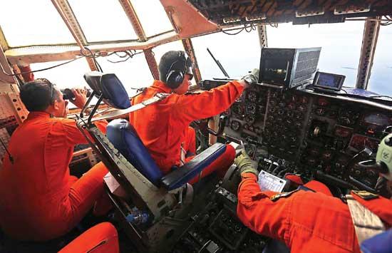 Pilot Basarna mencari korban AirAsia yang jatuh di Pangkalan Bun.