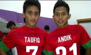 Andik dan Taufq dengan kostum Timnas AFF. FOTO: Andik for JPNN