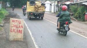 Jalan Licin.  Jalan Raya Cibungbulang, Desa Leuweungkolot, Kecamatan Cibungbulang