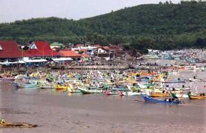 PUSAT IKAN DAN PERAHU: Ratusan jukung bersandar di Kali Besini, Kecamatan Puger. Selain pusat ikan, Puger merupakan sentra perajin perahu. Harga satu jukung berkisar Rp 19 juta. (Jumai/Jawa Pos Radar Jember)