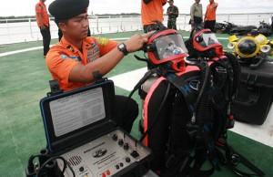 Tim penyelam siap-siap menyisir perairan Pangkalan Bun