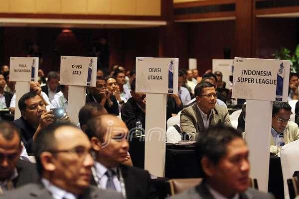 PSSI menggelar Kongres Tahunan PSSI 2015, Jakarta, Minggu (4/1). Kongres ini membahas penetapan anggota baru PSSI, presentasi program kerja 2015 dan keuangan, serta persetujuan perubahan Statuta PSSI. Foto: Ricardo/JPNN.com