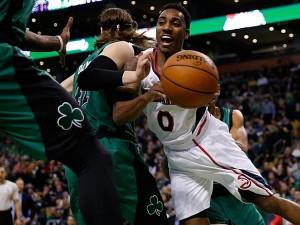Point guard Atlanta Hawks, Jeff Teague berusaha menerobos pertahanan Boston Celtics. Foto: istimewa