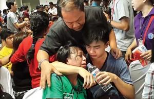 Keluarga korban AirAsia QZ8501. Foto: dok.Jawa Pos/JPNN
