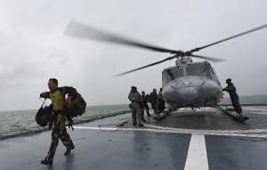 Tim SAR turun dari helikopter menuju KRI Bung Tomo
