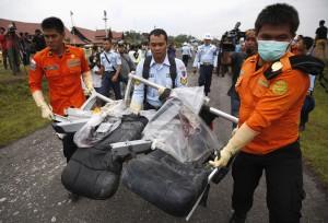 Basarnas mengevakuasi puing-puing pesawat