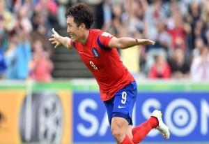 Cho Young-Cheol melakukan selebrasi usai mencetak gol penentu kemenangan Korsel atas Oman, Sabtu (10/1). Foto: AFC