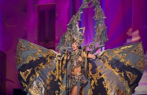 Putri Indonesia 2014 Elvira Devinamira dengan kostum nasional The Chronicle of Borobudur. Elvira tampil percaya diri di babak preliminary. Foto: Darren Decker/Miss Universe Organization