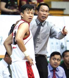 NGIN BANGKIT: Pelatih Stadium Tri Adynaadi Lokatanaya (kanan) dipaksa berpikir keras meningkatkan performa tim. (Foto: Wahyudin / Jawa Pos)
