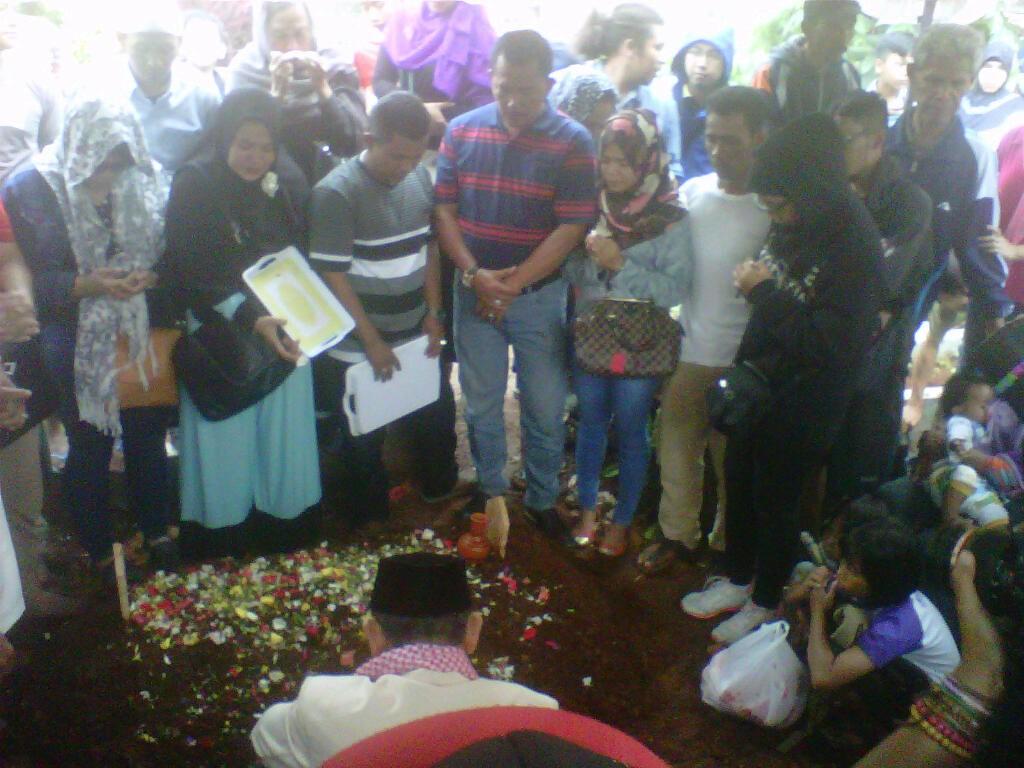 Keluarga dan kerbata mendoakan Rani. Foto Guruh/Pojoksatu.id
