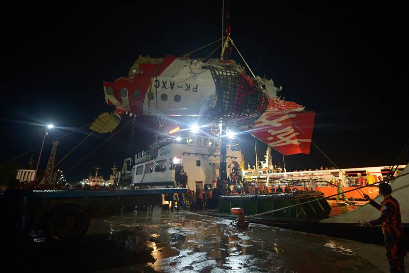 Evakuasi ekor pesawat AirAsia di Pangkalan Bun.