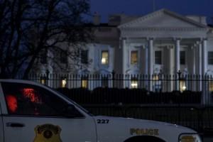 Aparat keamanan melakukan penjagaan ketat di area Gedung Putih, AS