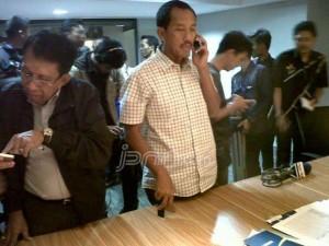 Dhimam Abror Saat menghubungi para calon dan menjelaskan persyaratan yang harus dipenuhi . FOTO: jpnn