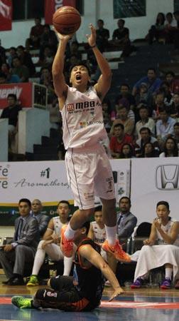 Point guard M88 Aspac Jakarta Mario Gerungan melepaskan tembakan dalam laga melawan Satya Wacana ACA LBC Salatiga. (Foto: Farid Fandi/Jawa Pos)