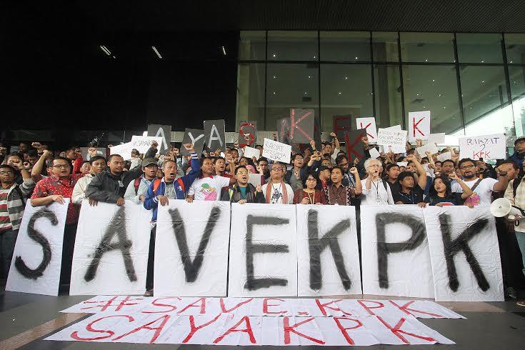 Massa yang protes penangkapan BW melakukan aksi demonstrasi