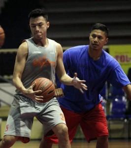 PAHAM LAWAN: Center CLS Herman (kiri) berlatih dalam kawalan asisten pelatih baru Wahyu Widayat Jati di GOR Bimasakti Malang kemarin. (Foto: Farid Fandi / Jawa Pos)