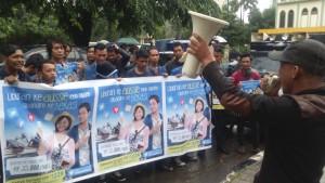 para pendemo akan membangun posko untuk pengumpulan kartu SIM Indosat yang nantinya akan dibakar dan dibuang. Foto: Gobekasi (Grup Pojoksatu.id)