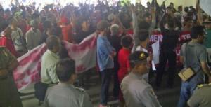 Ratusan massa berdemonstrasi di depan Balaikota Bogor. Foto Rishaq/pojoksatu.id