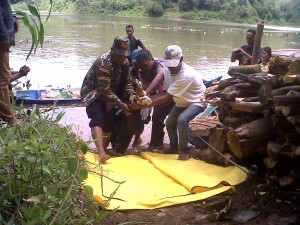 Jasad Aminah saat di evakuasi warga setempat.