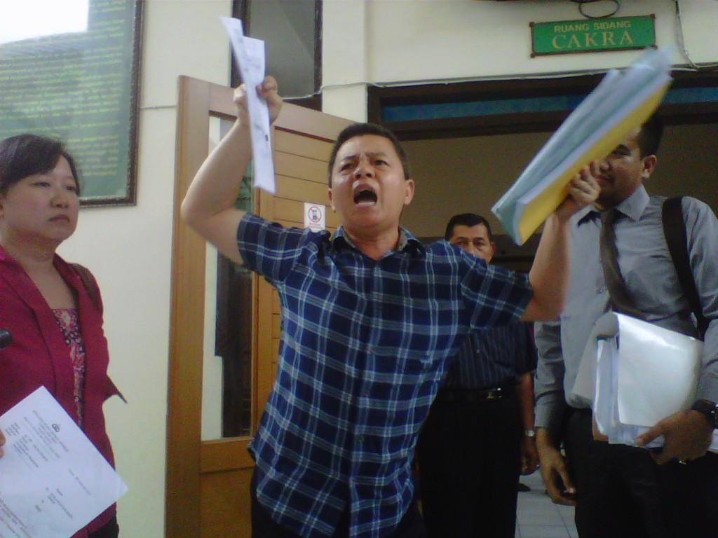 NGAMUK : Daniel Sendjaja berteriak  di PN Cianjur, tak terima atas tuntutan perdata sebesar Rp8.077.073.000 oleh ayahnya sendiri, Joseph Sendjaja.