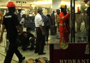 KEBAKARAN BIP: Sejumlah Petugas Dinas Pemadam Kebakaran Kota Bandung melakukan proses pendinginan usai terjadi kebakaran salah satu toko di Mall Bandung Indah Plaza, Jalan Merdeka, Kota Bandung, Rabu  (28/1)Foto Radar Bandung/Pojoksatu.id.