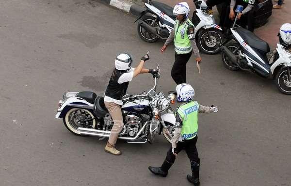 Pengendara moge ditilang polisi karena melanggar