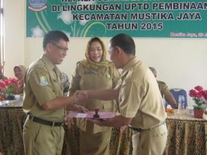 SERTIJAB : Kepala UPTD Pembinaan SD Mustikajaya, Iswardani Rahayu (tengah), saat melaksanakan sertijab kepala sekolah dasar di wilayah Kecamatan Mustikajaya.GIRI/RADAR BEKASI