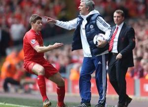 Steven Gerrard dan Jose Mouringo (tengah).