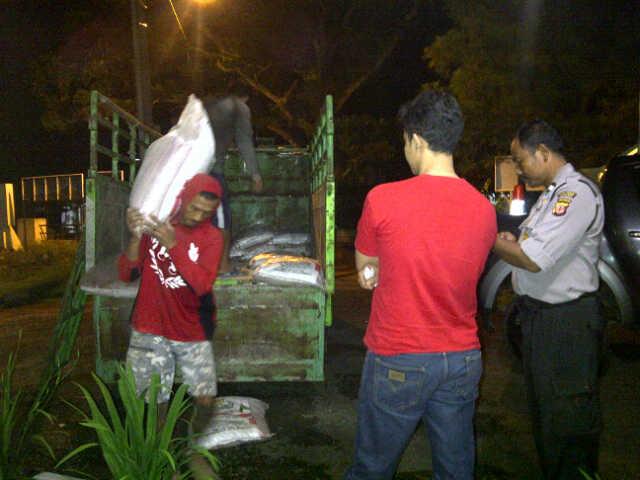 DIAMANKAN :  Puluhan karung pupuk ilegal diturunkan dari atas truk untuk diamankan di Mapolsek Sukaluyu, Cianjur.